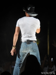 tim-mcgraw-tight-shirt-jeans-05022011-19-435x580